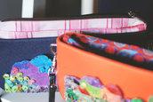 Borsetta in polipropilene decorata a mano con pannello in gomma crepla. Dettagli in rilievo. Polypropylene bag hand decorated with fommy panel. Embossed details
