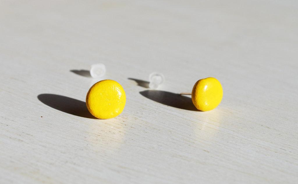 Orecchini pietra laccati giallo, orecchini a lobo, orecchini in pietra, orecchini minimalisti, orecchini moderni, orecchini asimmetrici.
