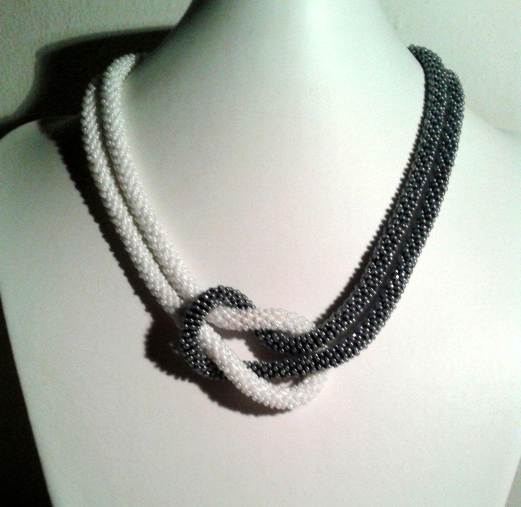 """Collana Lariat """"Yin Yang"""" di colore  grigio-bianco"""