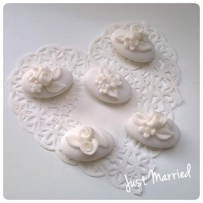 confetti decorati con rose bianche
