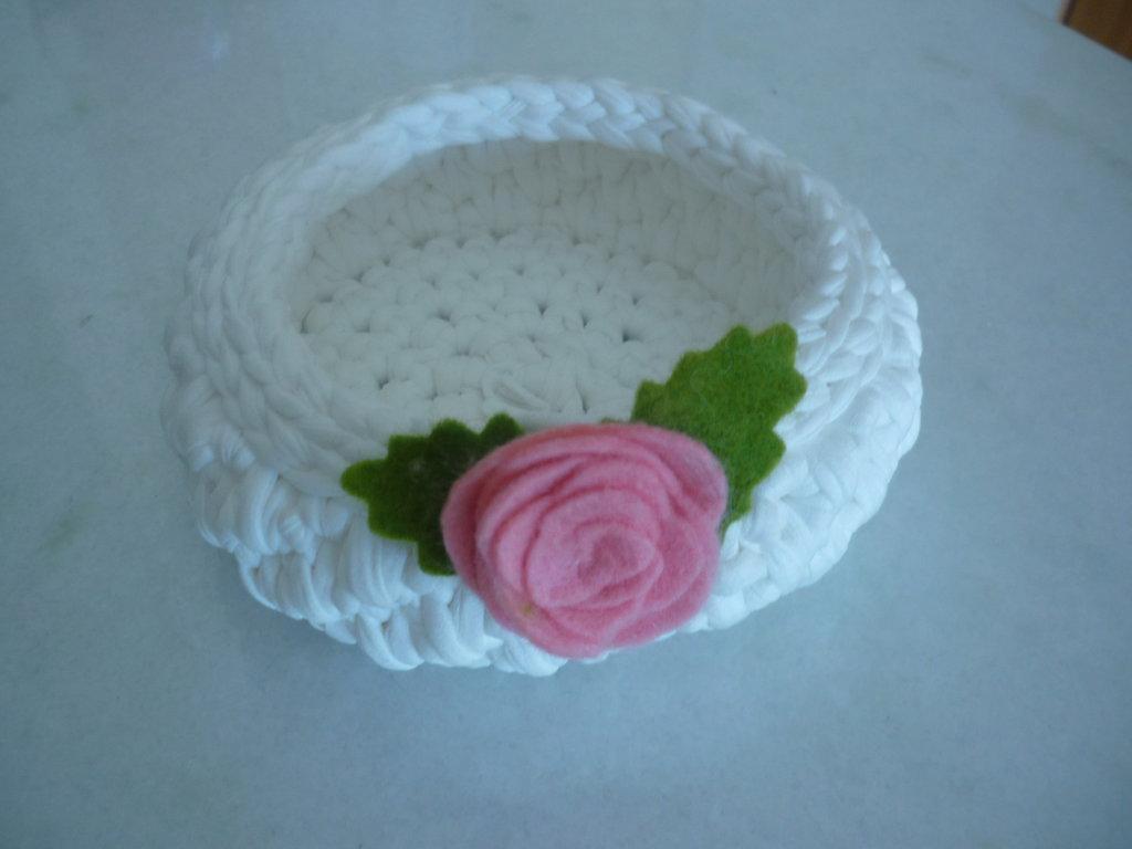 Cestino in fettuccia bianca con rosa di pannolenci