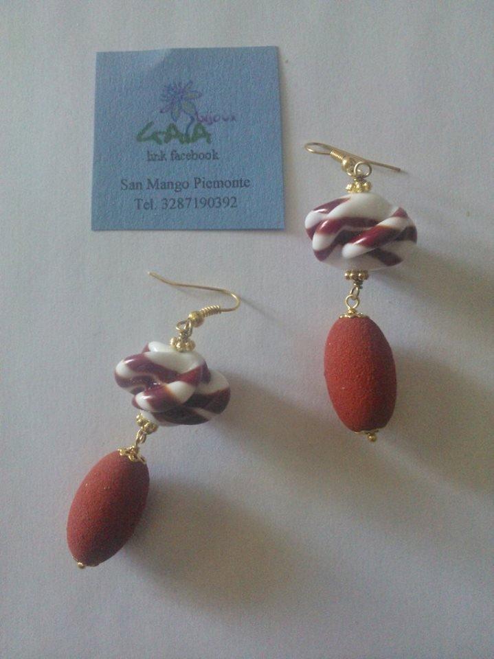 Orecchini rosso mattone con elemento in Murano e barilotto in resina ruvida