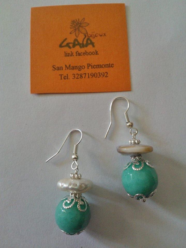 Orecchini con perla di fiume in orizzontale e pallina in agata verde acqua