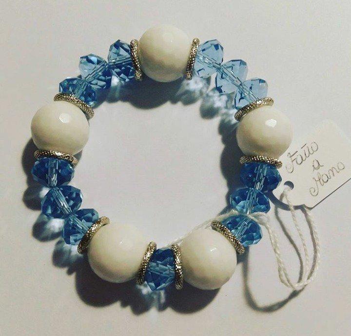 Bracciale fatto a mano con filo elastico e pietre azzurre e bianche