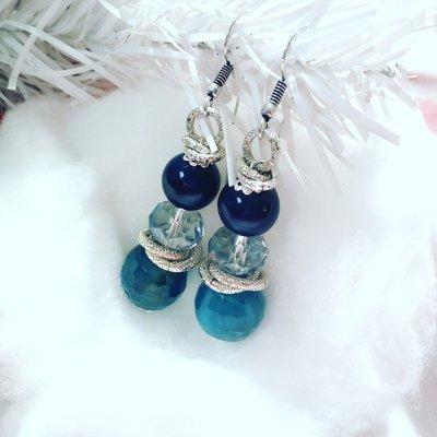 Orecchini fatti a mano con pietre sovrapposte blu azzurre e bianche