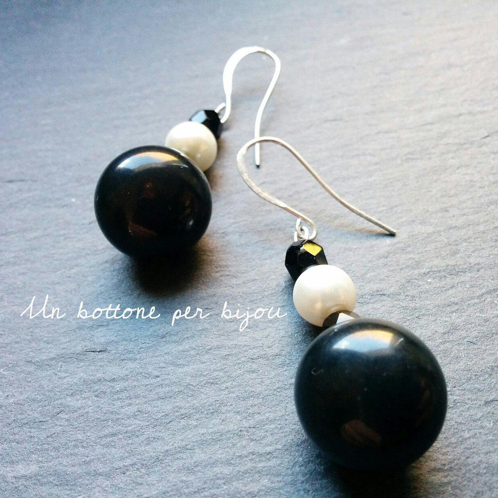 Orecchini con bottoni vintage neri e perline