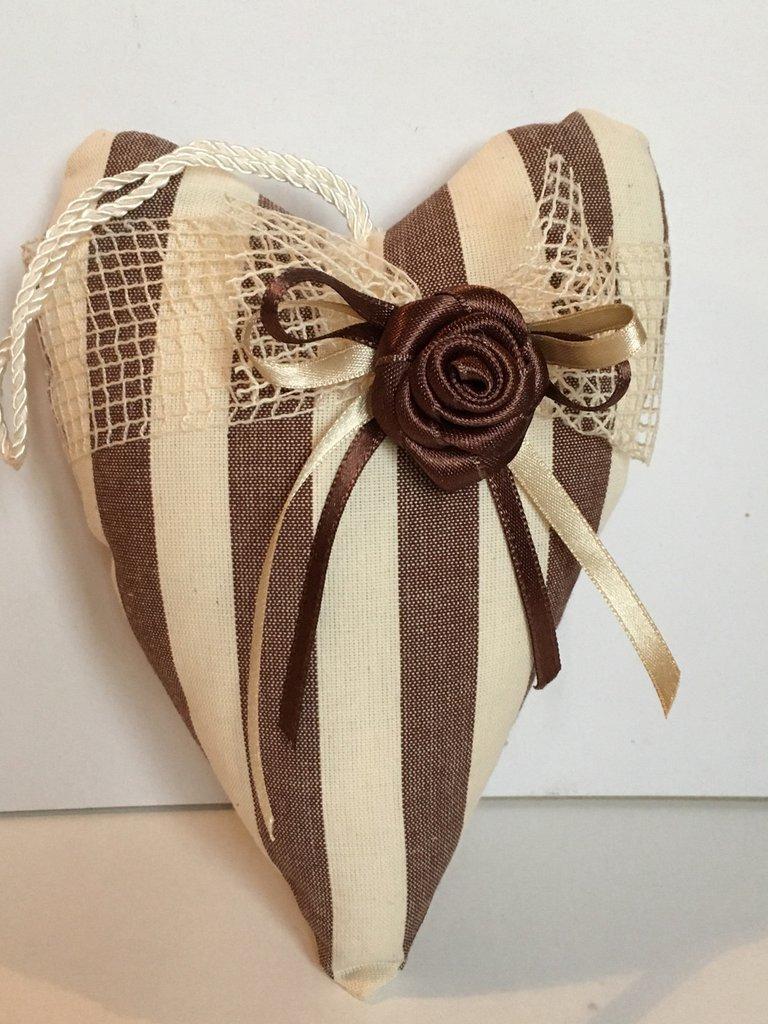 Cuore di stoffa a rigoni con grande rosa di raso marrone