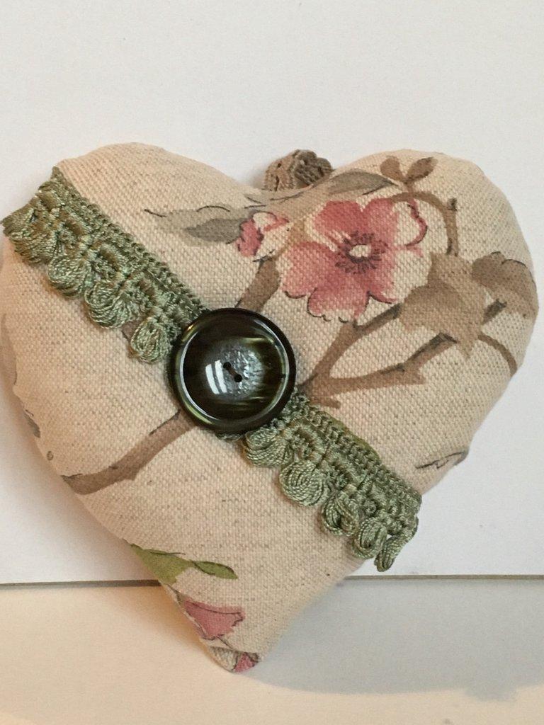 Idea regalo San Valentino-Cuore di stoffa imbottito con grande bottone vintage