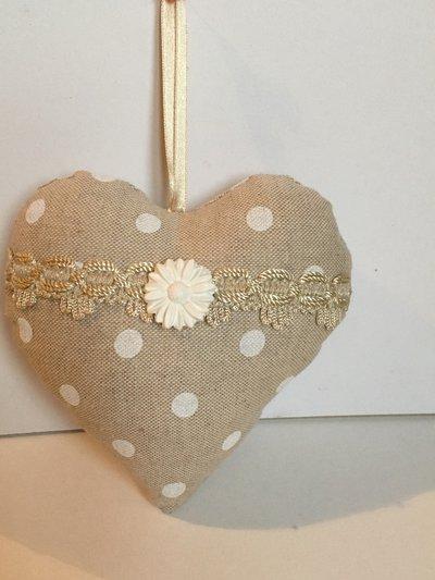 Idea regalo San Valentino-Cuore con pois bianchi e gessetto profumato