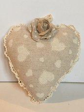 Idea regalo San Valentino-Cuore imbottito con tanti cuori stampati e rosa a pois