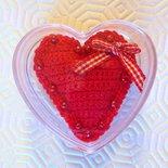 Cuoricino rosso amigurumi con perline e scatolina, fatto a mano all'uncinetto