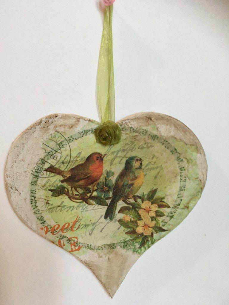 Cuore di legno shabby-chic con allegri uccellini e rose di organza