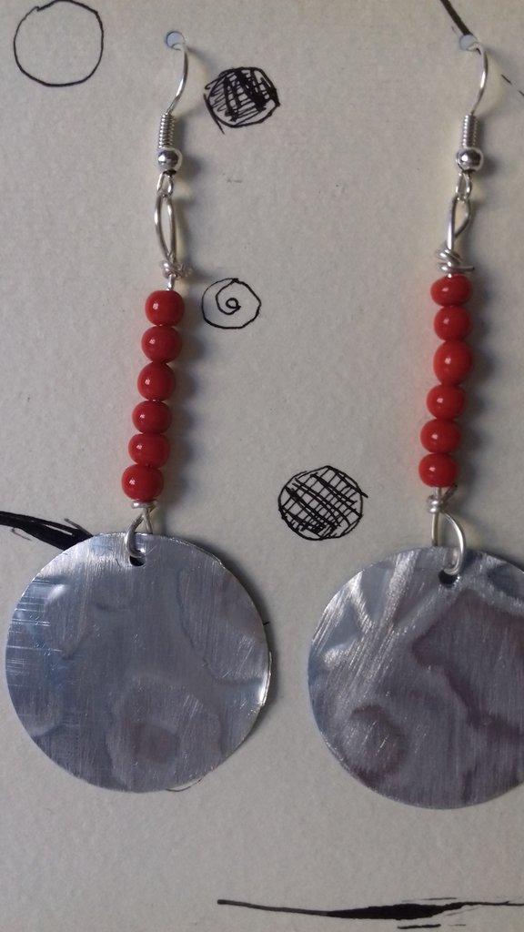 Orecchini in alluminio inciso con perle