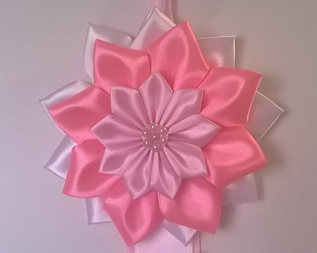 Fiocco nascita bianco e rosa con fiori, coccarda nascita decorazione cameretta