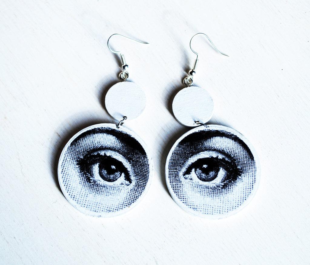 Orecchini pendenti con occhi