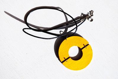 Collana con ciondolo giallo, cerchio giallo, collana in legno
