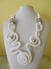 Collana bianca di lana.