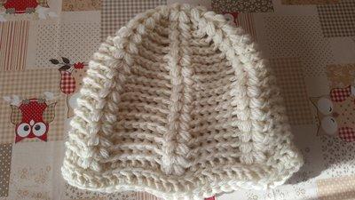 Berretto di lana fatto a mano all'uncinetto color panna