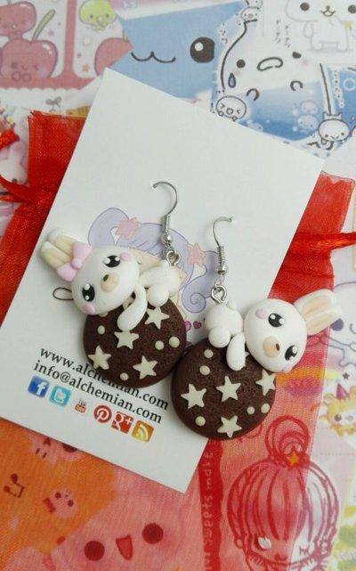 Orecchini coppia conigli su pan di stelle,biscuit,kawaii style FIMO,by Alchemian