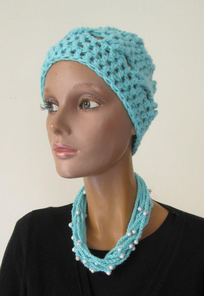 completo invernale , cappello e collana abbinati in lana turchese e perline inserite