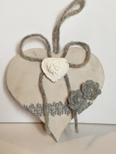 Idea regalo San Valentino-Cuore di legno shabby-chic con roselline grigie