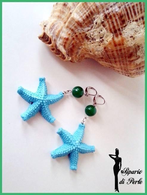 Orecchini con stelle marine in resina azzurre e perla verde - ANTEPRIMA ESTATE