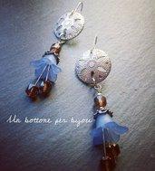 Orecchini con bottoni in stile vintage in metallo argentato e perline a forma di fiore