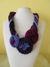 Girocollo di lana a tre fiori.