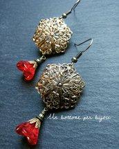 Orecchini con bottoni gioiello vintage in metallo dorato traforati