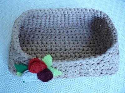 Grande cestino rettangolare in fettuccia con rose di pannolenci