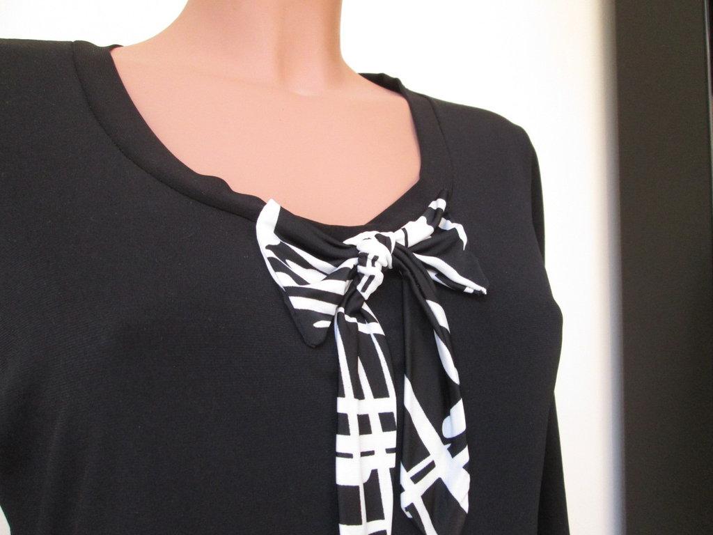 maglietta bianca e nera con fiocco
