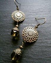 Orecchini con bottoni vintage in metallo dorato bronzato anticato