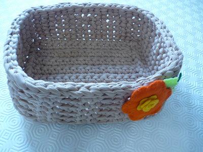 Cestino in fettuccia  realizzato a uncinetto  decorato con fiore in pannolenci .
