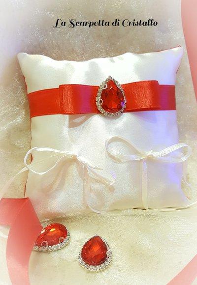 Cuscino porta fedi in raso avorio/rosso