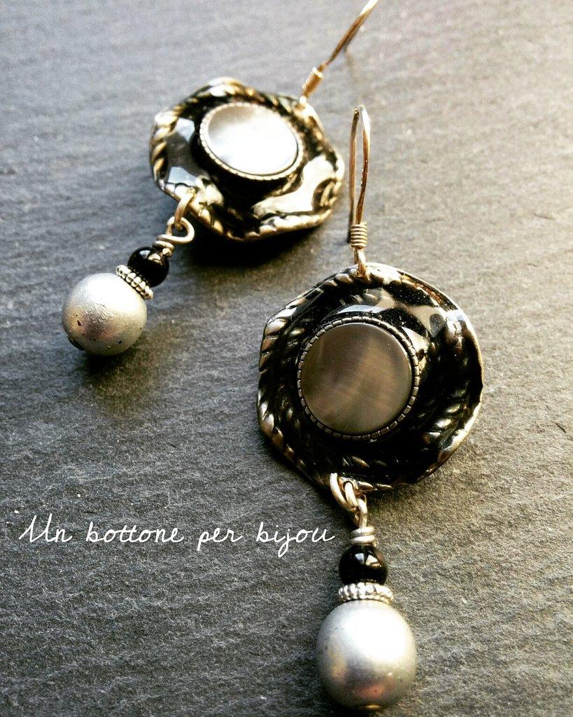 Orecchini con bottoni vintage in metallo argentato e madreperla