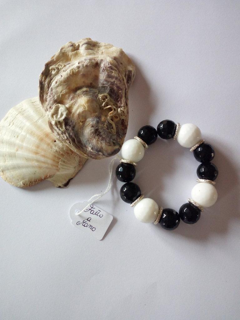 Bracciale fatto a mano con pietre nere e bianche