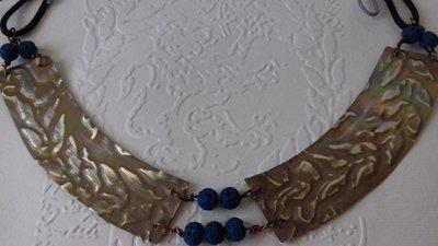 Collana girocollo in ottone con pietra lavica
