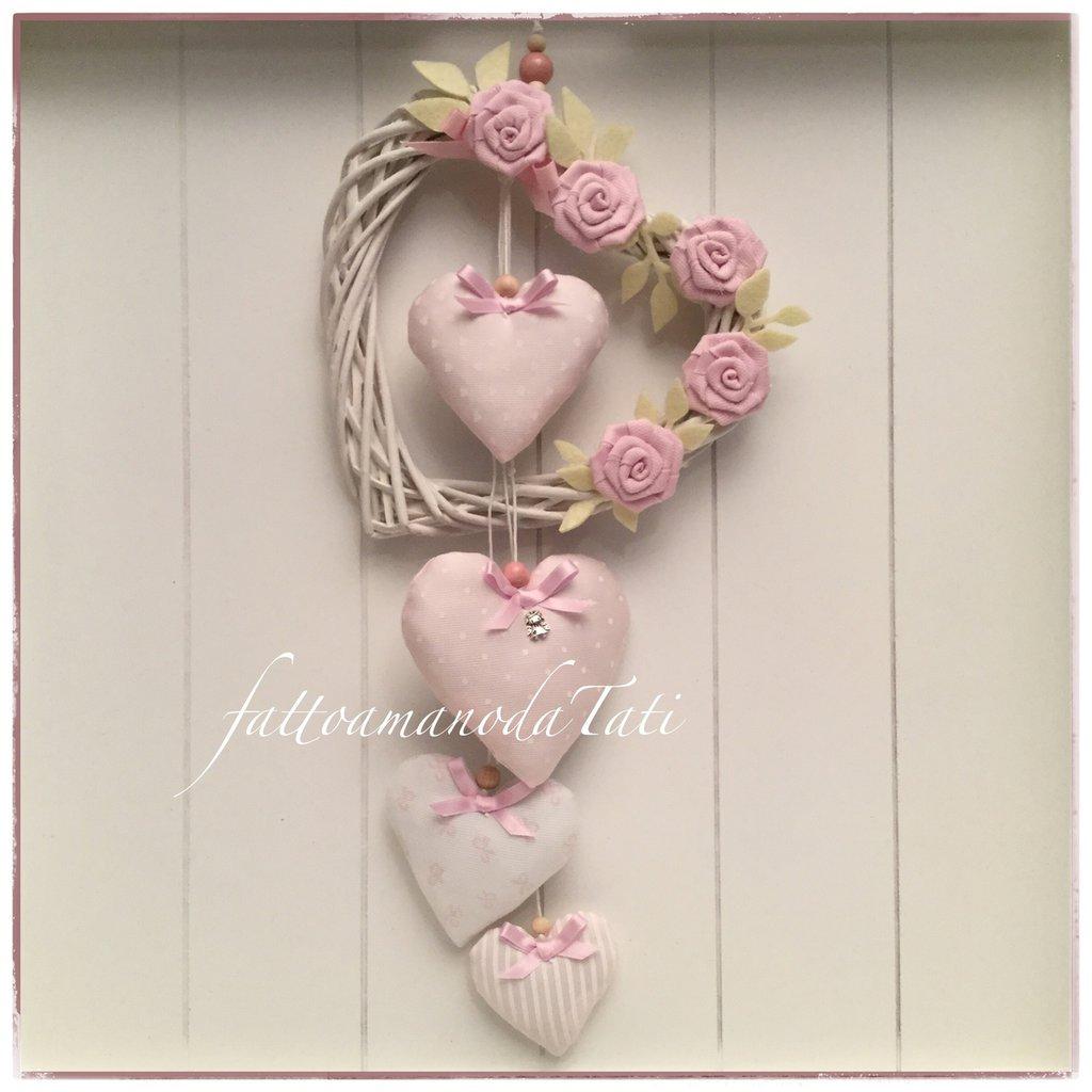 Fiocco/cuore nascita in vimini bianco con roselline e cuori