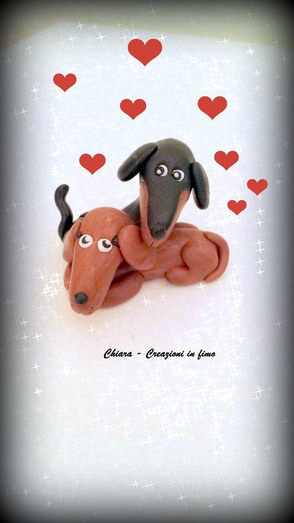 Coppia di Cani Bassotti innamorati in fimo kawaii miniature idee regalo bomboniere cake topper