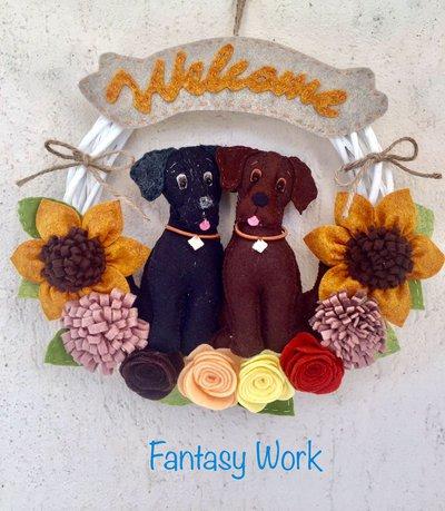 Ghirlanda benvenuto con due labrador e fiori di feltro