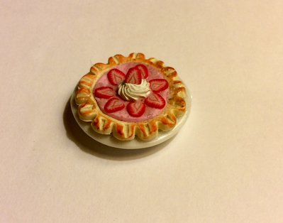 Torta con fragole su piatto dollshouse miniature