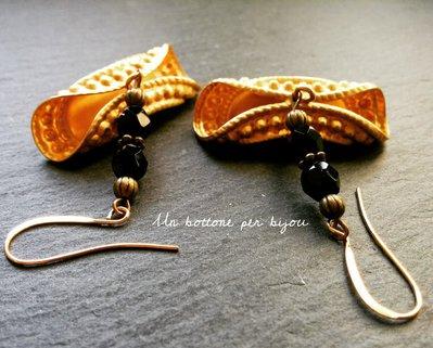 Orecchini con bottoni gioiello vintage in metallo dorato
