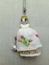 Originale collana di ceramica con vestito ricamato-idea regalo San Valentino