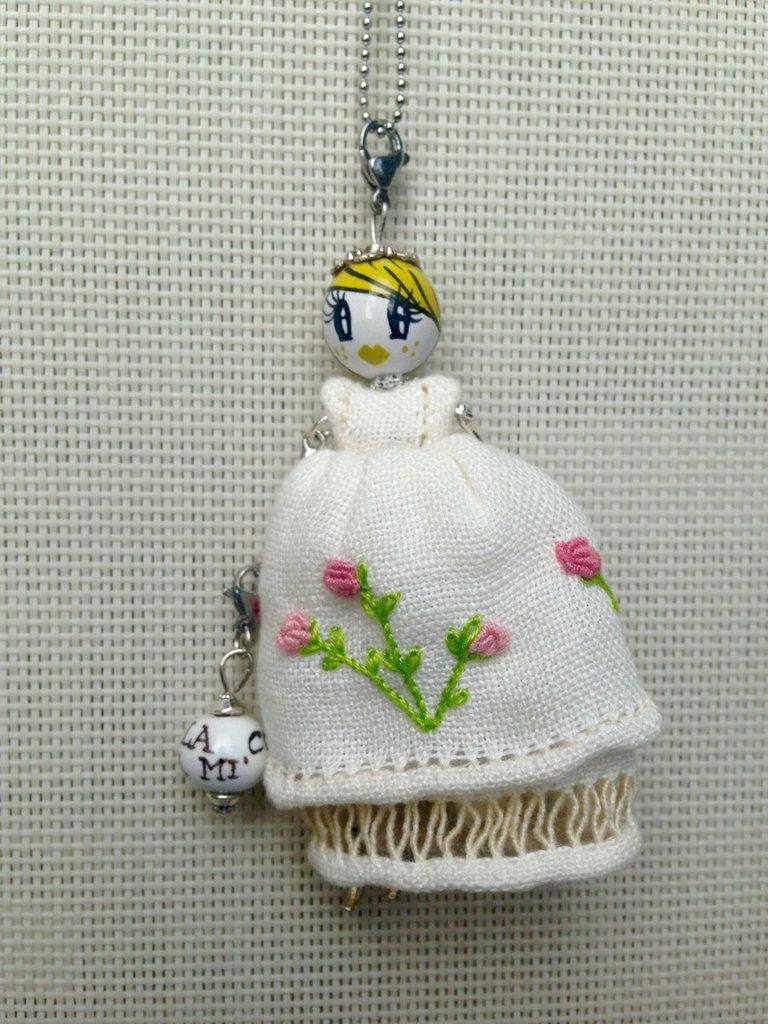 Originale collana di ceramica con vestito ricamato-idea regalo