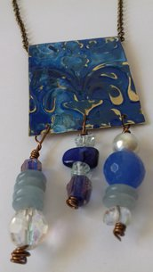 Collana e orecchini in ottone inciso e patinato di colore blu