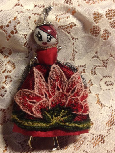 Ciondolo la ' Mi cocca'  ceramica Deruta con vestito di tulle nero ricamato a mano