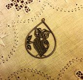Ciondolo gufo in metallo color bronzo antico.