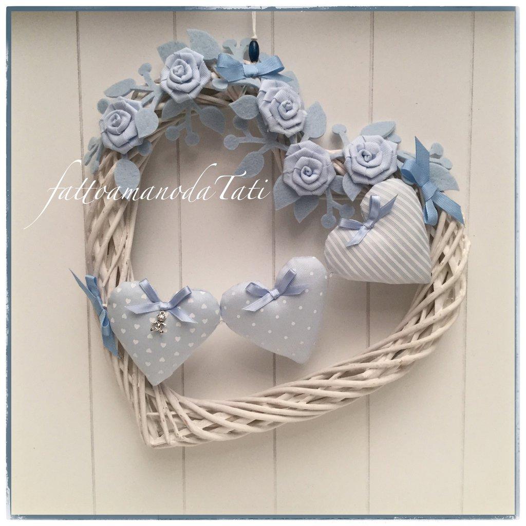 Cuore/fiocco nascita in vimini bianco con roselline e cuori imbottiti azzurri