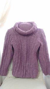 Maglione rosa lilla in lana lavorato a mano a ferri