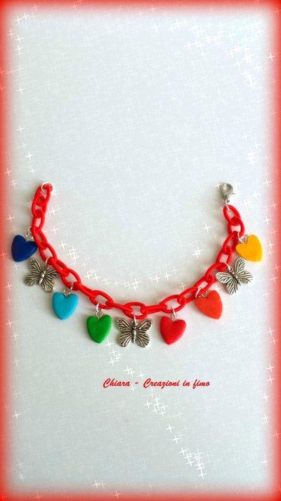 Bracciale in tessuto rosso con cuori in fimo multicolore e farfalle idee regalo san valentino compleanno